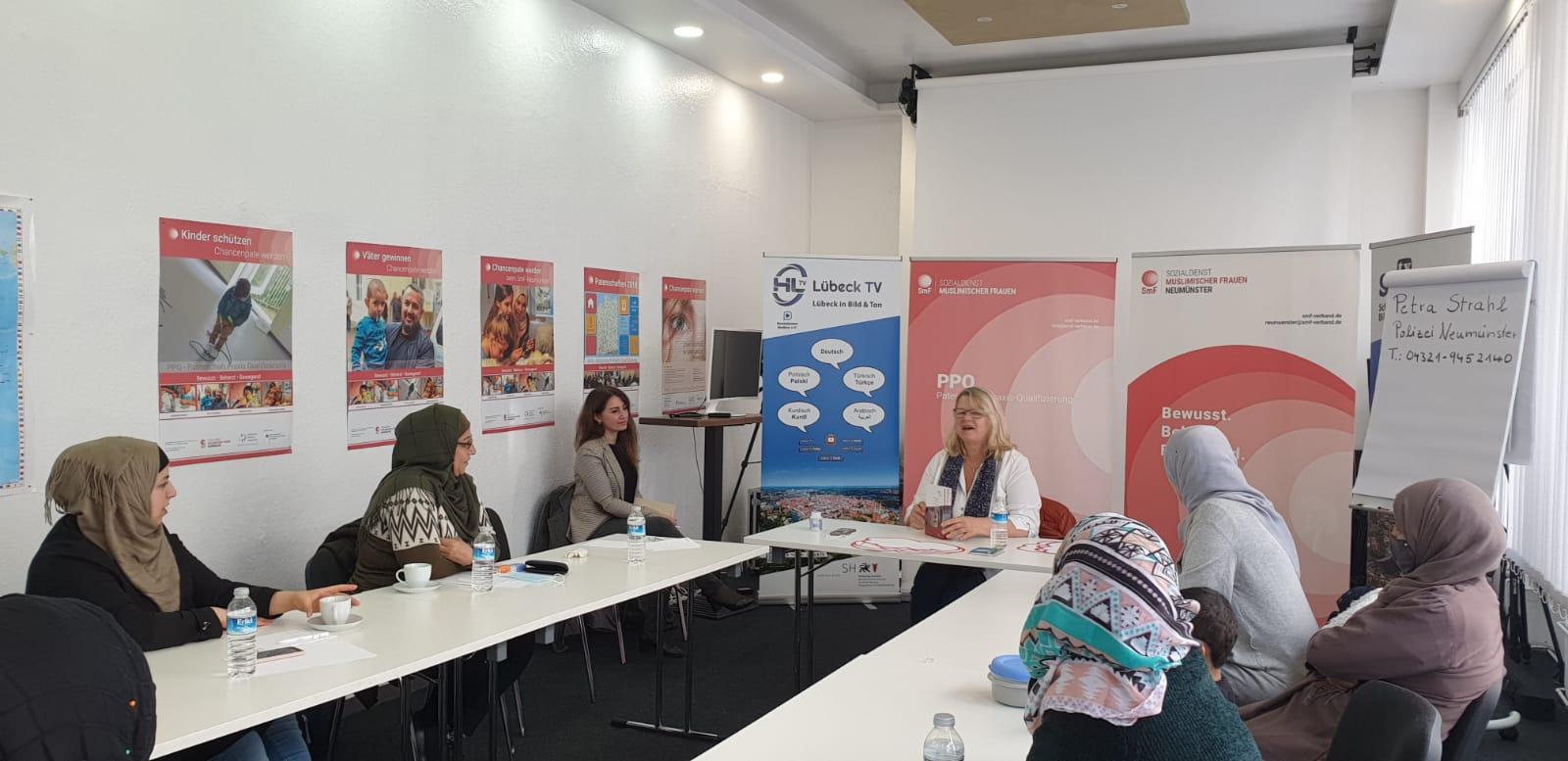 Polizistin Petra Strahl macht im Frauenkurs Aufklärungsarbeit zur Gewaltprävention